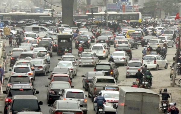 Hàng ngàn phương tiện tiến vào nội thành khiến đường phố càng ùn tắc nghiêm trọng hơn