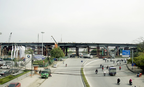 Tại nút giao này được xây dựng cầu vượt có chiều dài 800m, dành cho 6 làn xe cơ giới