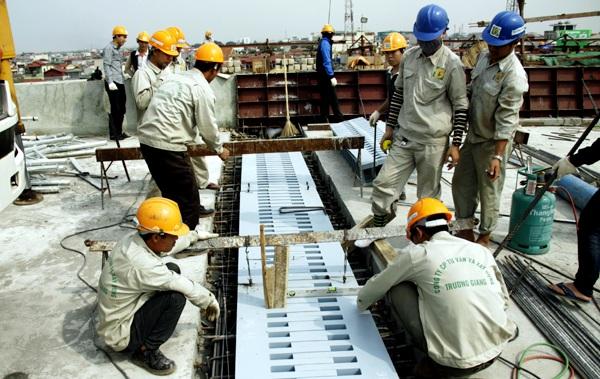 Công nhân đang lắp đặt khe co giãn trên cây cầu hiện đại