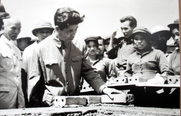 Phó Thủ tướng kiêm Bộ trưởng Bộ Xây dựng - Đỗ Mười đặt viên gạch đầu tiên trong buổi lễ khởi công xây dựng Thành phố Vinh, tỉnh Nghệ An ngày 1/5/1974.