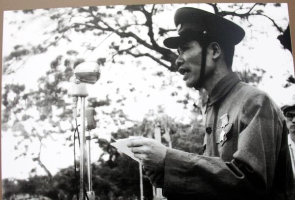 Bí thư Thành ủy, Chủ tịch Ủy ban Quân chính Thành phố Hải Phòng - Đỗ Mười đọc thư của Chủ tịch Hồ Chí Minh gửi đồng bào Hải Phòng trong buổi lễ Quân đội nhân dân Việt Nam vào tiếp quản thành phố ngày 14/5/1955.