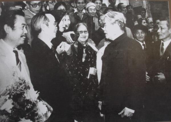 Tổng Bí thư Đỗ Mười nói chuyện thân mật với các bạn tù nhân cuộc họp mặt truyền thống của các chiến sĩ cách mạng bị địch bắt tù đày tại Nhà tù Hỏa Lò lần thứ nhất năm 1993.