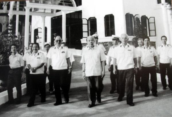Tổng Bí thư Đỗ Mười đến thăm và làm việc với Bộ Tư lệnh Hải quân nhân dân Việt Nam ngày 13/5/1995.