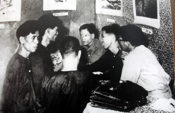 Bí thư Xứ ủy Nam bộ Lê Duẩn (thứ nhất bên trái) tại Hội nghị Quân sự mở rộng, năm 1949.