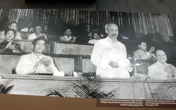 Chủ tịch Hồ Chí Minh, đồng chí Trường Chinh, Lê Duẩn, Đại tướng Võ Nguyên Giáp trên Đoàn Chủ tịch tại Đại hội đại biểu toàn quốc lần thứ III của Đảng, tháng 9/1960.