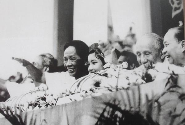 Bí thư thứ nhất Lê Duẩn cùng các đồng chí lãnh đạo Đảng, Chính phủ, Quốc hội dự mít tinh tại Hà Nội mừng miền Nam hoàn toàn giải phóng, ngày 7/5/1975.