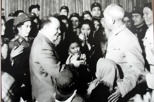 Chủ tịch Hồ Chí Minh và đồng chí Trường Chinh gặp gỡ thân mật các diễn viên đoàn Văn công Tổng cục Chính trị, ngày 1/1/1969.