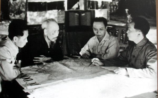 Chủ tịch Hồ Chí Minh, Tổng Bí thư Trường Chinh và các đồng chí lãnh đạo Đảng, Nhà nước bàn kế hoạch mở chiến dịch Điện Biên Phủ tại An toàn khu Định Hóa, Thái Nguyên, ngày 6/12/1953.
