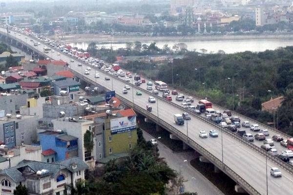Hàng ngàn ô tô nối đuôi nhau trên cây cầu cạn