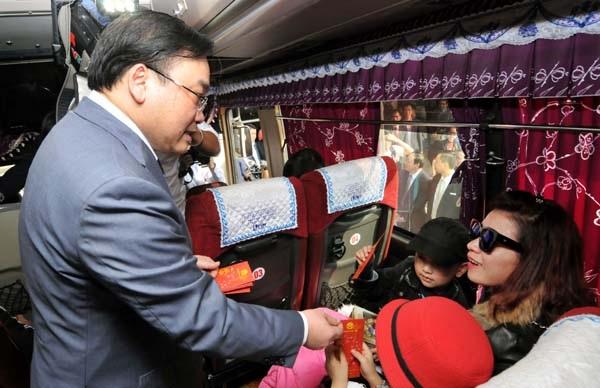 Chiều ngày 12/2, Bí thư Thành ủy Hà Nội Hoàng Trung Hải đã tới thăm bến xe Mỹ Đình