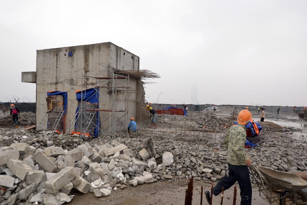 Theo quan sát của phóng viên Dân trí đến sáng nay (ngày 6/3), tầng tum của tòa nhà 8B Lê Trực đã được phá dỡ gần hết