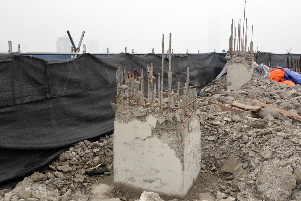 Bê tông cốt thép của tum tòa nhà đang được đập bỏ