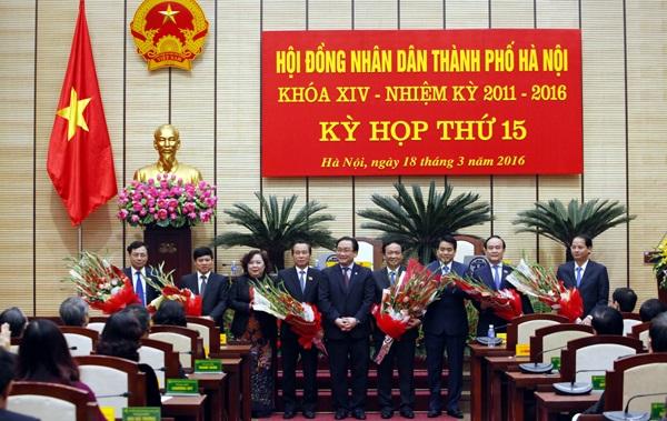 Lãnh đạo mới của HĐND và UBND TP Hà Nội nhiệm kỳ 2011-2016 ra mắt các đại biểu