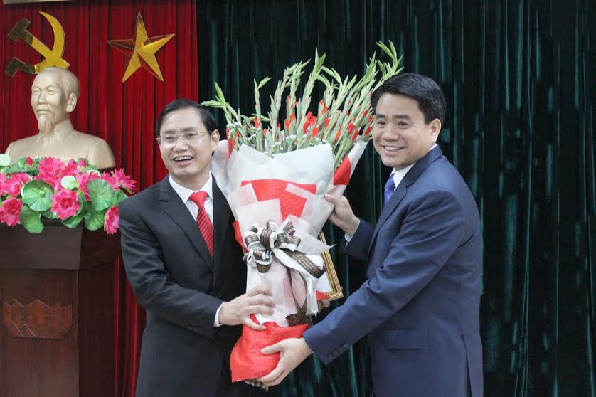 Tân Giám đốc Sở Kế hoạch - Đầu tư nhận hoa chúc mừng từ Chủ tịch UBND TP Hà Nội