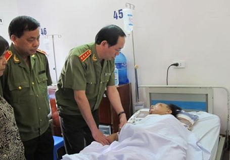 Ngày 4/5/2014, Đại tướng Trần Đại Quang, Bộ trưởng Bộ Công an đến Bệnh viện Việt Đức (Hà Nội) thăm hỏi, động viên các chiến sĩ công an bị thương trên đường làm nhiệm vụ (Ảnh: Hồng Hải).