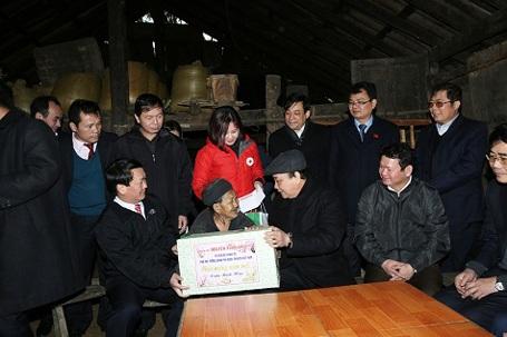 Phó Thủ tướng Nguyễn Xuân Phúc trao quà cho đồng bào Sa Pa bị thiệt hại sau đợt rét lịch sử.