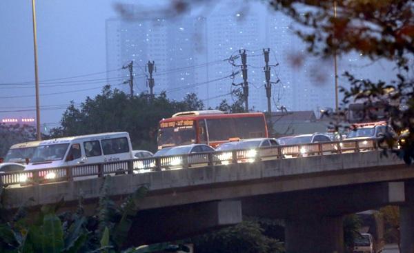 Hàng ngàn ô tô chết cứng trên cầu cạn