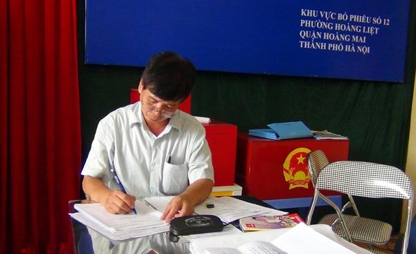 Cán bộ trong ban bầu cử vẫn tiếp tục cập nhật thông tin liên quan đến các cử tri