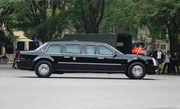 Đoàn xe chở tổng thống Mỹ trên đường phố Hà Nội hướng về Phủ Chủ tịch