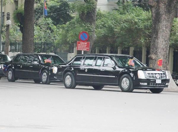 Hai quái thú chuyên chở Tổng thống Mỹ chỉ cách nhau vài mét trên đường phố