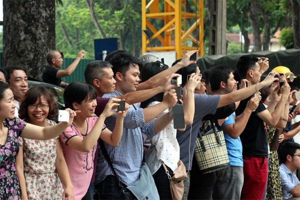 Người dân Hà Nội đứng kín đường chào đón Tổng thống Obama - 11