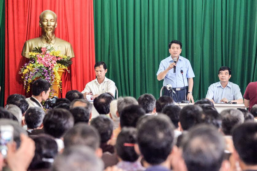 Ông Nguyễn Đức Chung đối thoại với người dân sống gần bãi rác Nam Sơn
