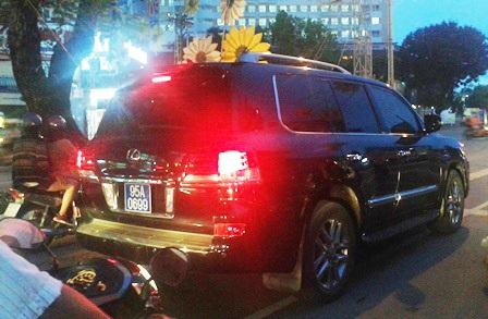 Chiếc xe Lexus LX570 gắn biển xanh lưu thông trong nội ô TP Cần Thơ tối 29/5