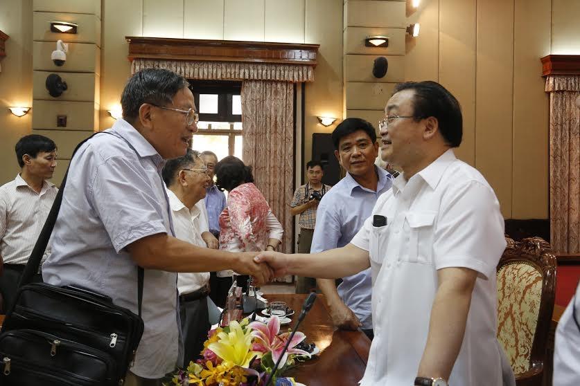 Bí thư Thành ủy Hà Nội Hoàng Trung Hải trao đổi với giới văn nghệ sĩ, trí thức tại buổi gặp mặt