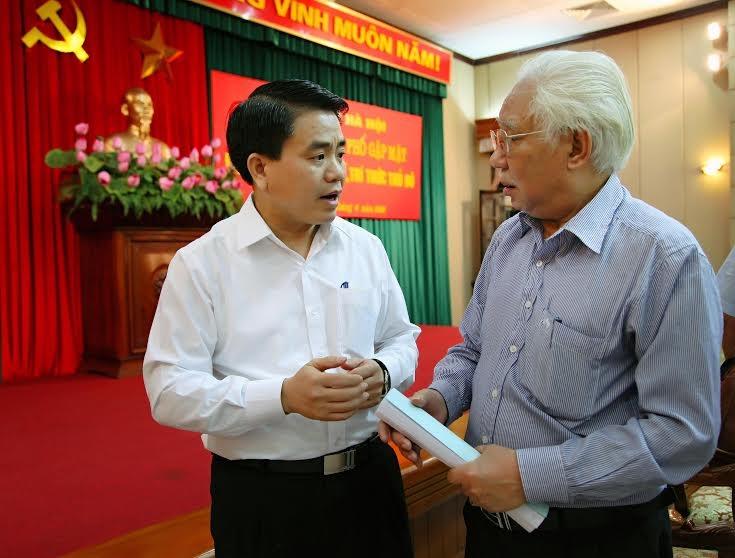 Ông Nguyễn Đức Chung - Chủ tịch UBND TP Hà Nội trao đổi với giới trí thức