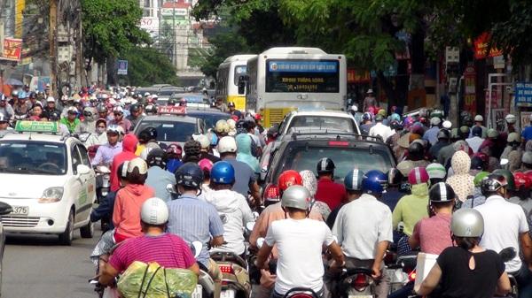 Hà Nội: Ùn tắc nhiều tuyến phố sau mưa lớn - 1