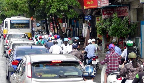 Đường cong mềm mại - đường Trường Chinh bị ùn tắc nghiêm trọng vào giờ cao điểm sáng nay