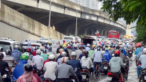 Hàng trăm chiếc ô tô từ đường trên cao đổ xuống khiến đường Nguyễn Xiển càng bị ùn tắc nghiêm trọng hơn