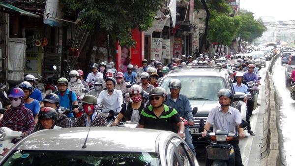 Ô tô xe máy lưu thông lộn xộn trên tuyến đường Trường Chinh