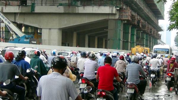 Đường Nguyễn Trãi hướng vào nội thành sáng nay cũng cùng cảnh ngộ như đường Trường Chinh