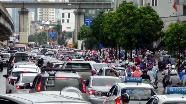 Ô tô xếp hàng dài nối đuôi nhau trên đường Nguyễn Xiển