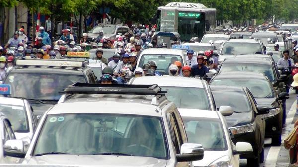 Đường Nguyễn Xiển hướng đi Khuất Duy Tiến bị ùn tắc nghiêm trọng