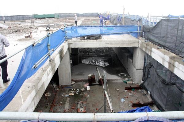 Việc phá dỡ phần sai phạm ở tòa nhà 8B Lê Trực được chia làm 2 giai đoạn, trong đó giai đoạn 1 là phá dỡ phần tum và tầng 19.