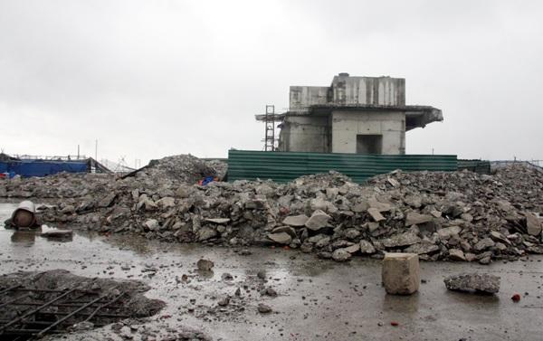 Nhiều tháng sau lệnh phá dỡ, sáng 6/7, theo quan sát của phóng viên Dân trí, trên nóc tòa nhà 8B Lê Trực vẫn ngổn ngang như một đại công trường