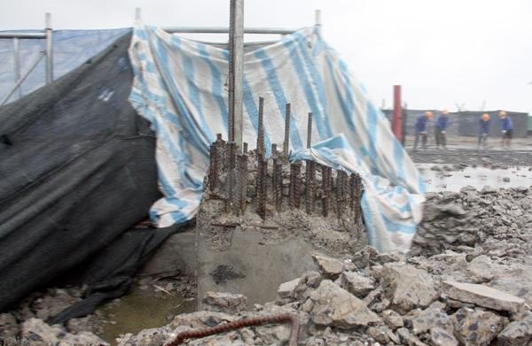 Trụ cột bê tông cốt thép đang được phá dỡ dở dang
