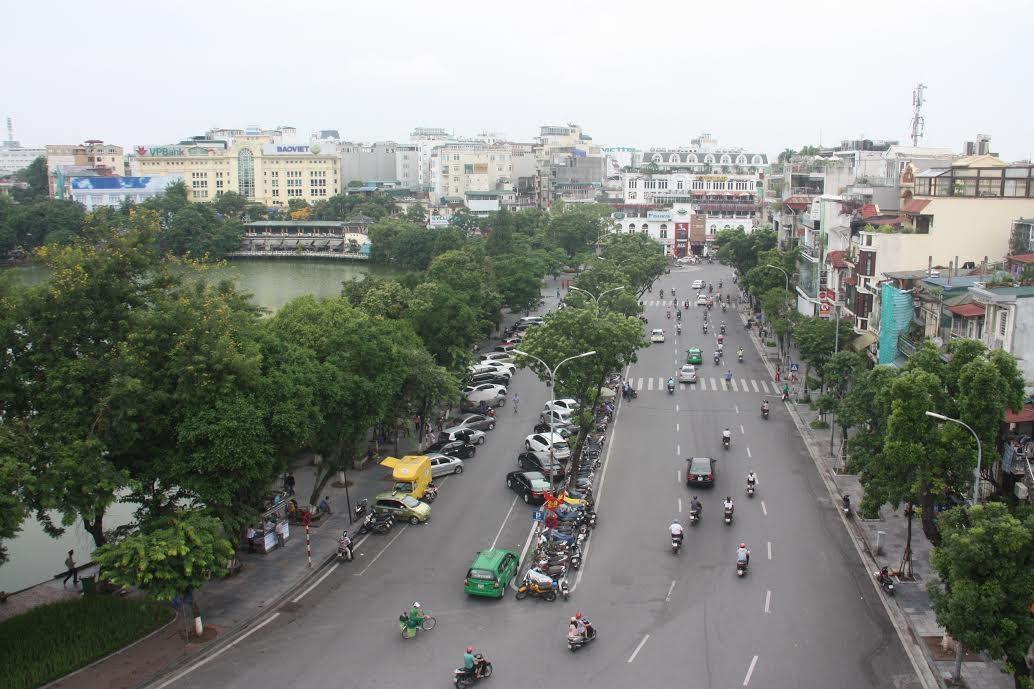 Trong thời gian tổ chức tuyến phố đi bộ, người dân sống trong khuc vực hồ Hoàn Kiếm có thể dắt xe về nhà
