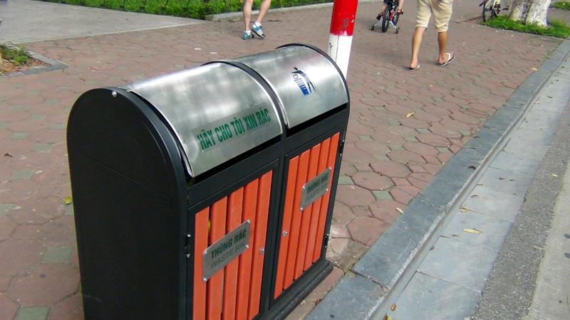 Hàng loạt thùng rác đôi được lắp đặt quanh hồ Gươm nhưng nhiều người vẫn không cho rác vào đúng vị trí