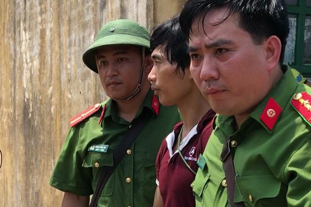 Ngày 5/9, Cục Cảnh sát hình sự (C45 Bộ Công an) cho biết, đã bắt được Tẩn Láo Lở - nghi can chính trong vụ thảm sát 4 người trong một gia đình ở Phìn Ngan, xã Trịnh Tường, huyện Bát Xát, tỉnh Lào Cai. Đến sáng 6/9, lực lượng công an đưa nghi phạm Tẩn Láo Lở lên khu vực núi cao nơi y ẩn náu suốt hơn 20 ngày lẩn trốn pháp luật sau vụ thảm sát. (Ảnh: Quý Đoàn)