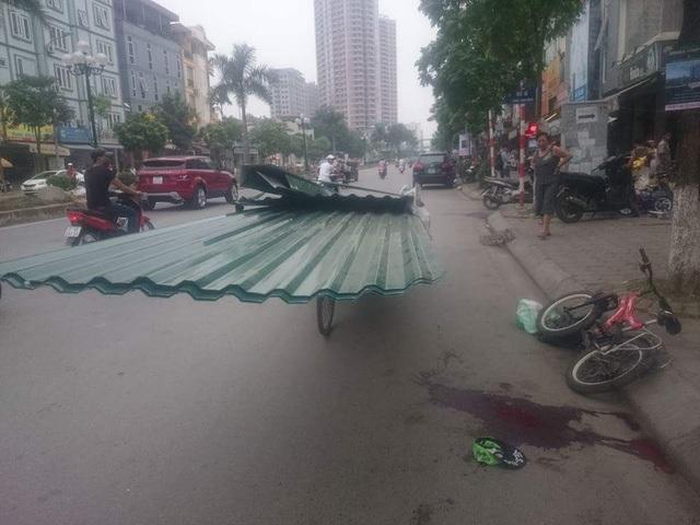 Chiều 23/9, tại khu vực trước nhà số 64 phố Tân Mai, quận Hoàng Mai, Hà Nội, cháu Trần Minh Hoàng (SN 2007) đi xe đạp trên đường đã va chạm vào tấm tôn trên một xe xích lô đang đỗ bên đường, bị tôn cứa vào cổ gây tử vong. Vụ việc gây ám ảnh nhiều người, vì hàng ngày đường phố Thủ đô xuất hiện rất nhiều xe xích lô, ba bánh chở vật liệu cồng kềnh, sắc nhọn gây nguy hiểm cho người tham gia giao thông. (Ảnh: Nguyễn Dương)