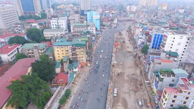 """Dự án mở rộng đường Trường Chinh được khởi công xây dựng từ năm 2013, có chiều dài gần 2km, tổng mức đầu tư 2.560 tỷ đồng. Tuy nhiên, sau 4 năm thi công, đến nay con đường """"cong mềm mại"""" này vẫn chưa hoàn thành. Hàng ngày, người dân đi lại qua tuyến đường này rất khó khăn và thường xuyên bị ùn tắc ở các nút giao. (Ảnh: Hà Trang)"""