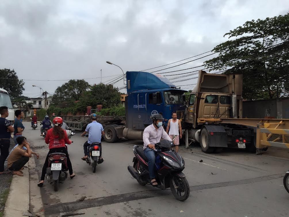 Chiếc xe đầu kéo vào khúc cua đã lao sang trái tông trực diện container chạy hướng ngược lại