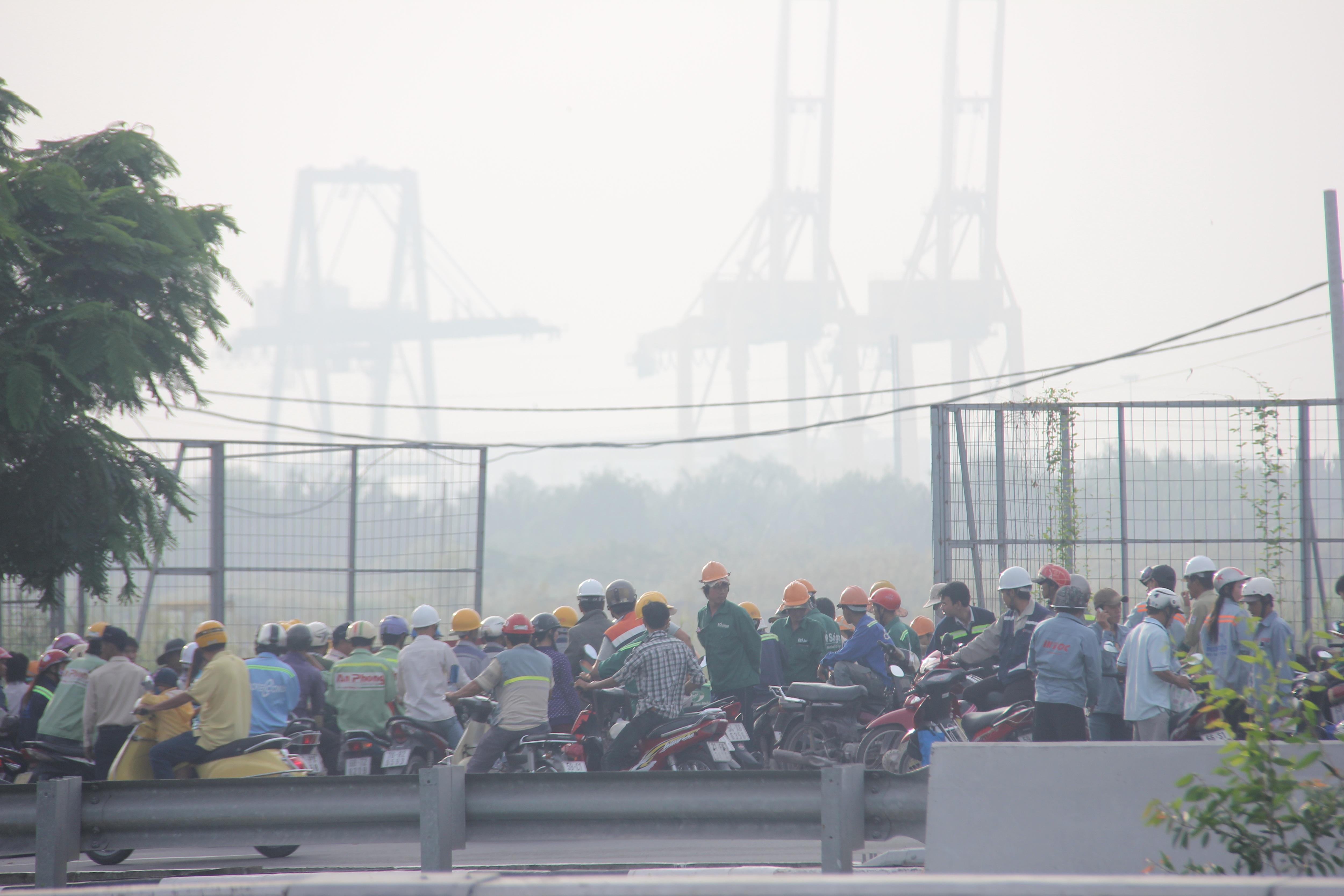 Công nhân những công trình Khu đô thị Thủ Thiêm bắt âầu ngày làm việc giữa sương mù bao phủ