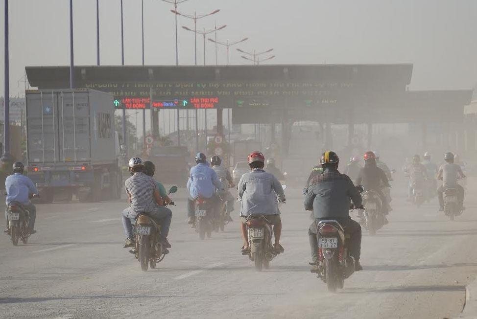 Người dân di chuyển qua khu vực phải băng bịt kỹ lưỡng, khẩu trang, mắt kiếng...vì khói bụi ô nhiễm trầm trọng