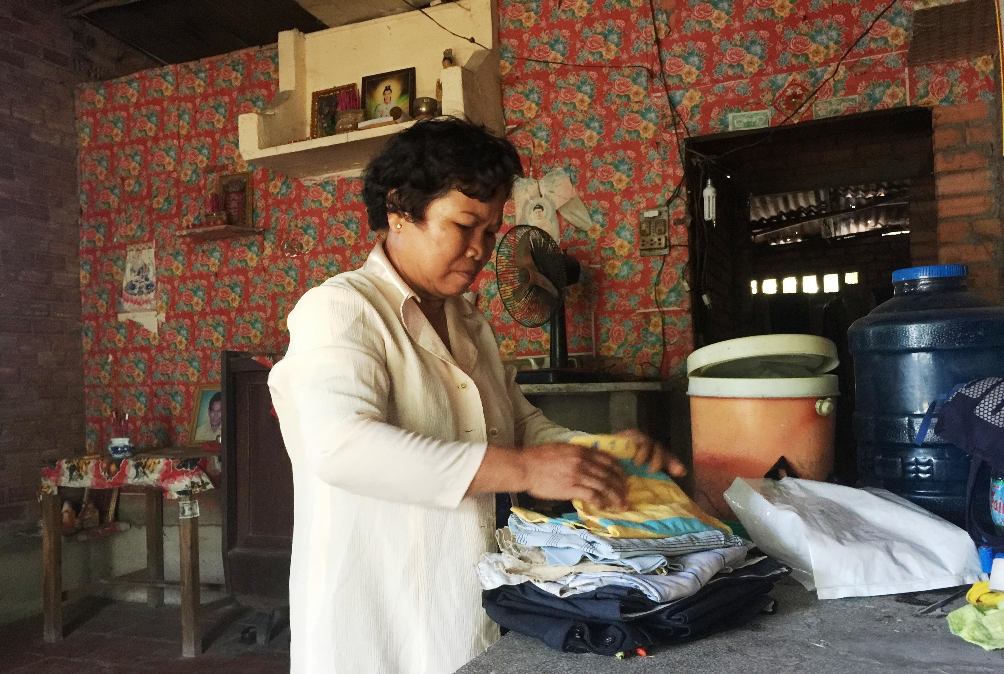 Bà Nguyễn Thị Gái hơn 2.000 ngày qua đau đáu về số phận của đứa con trai út. Những khi nhớ con, người mẹ này lại lần mò những bộ quần áo của con rồi khóc nghẹn.