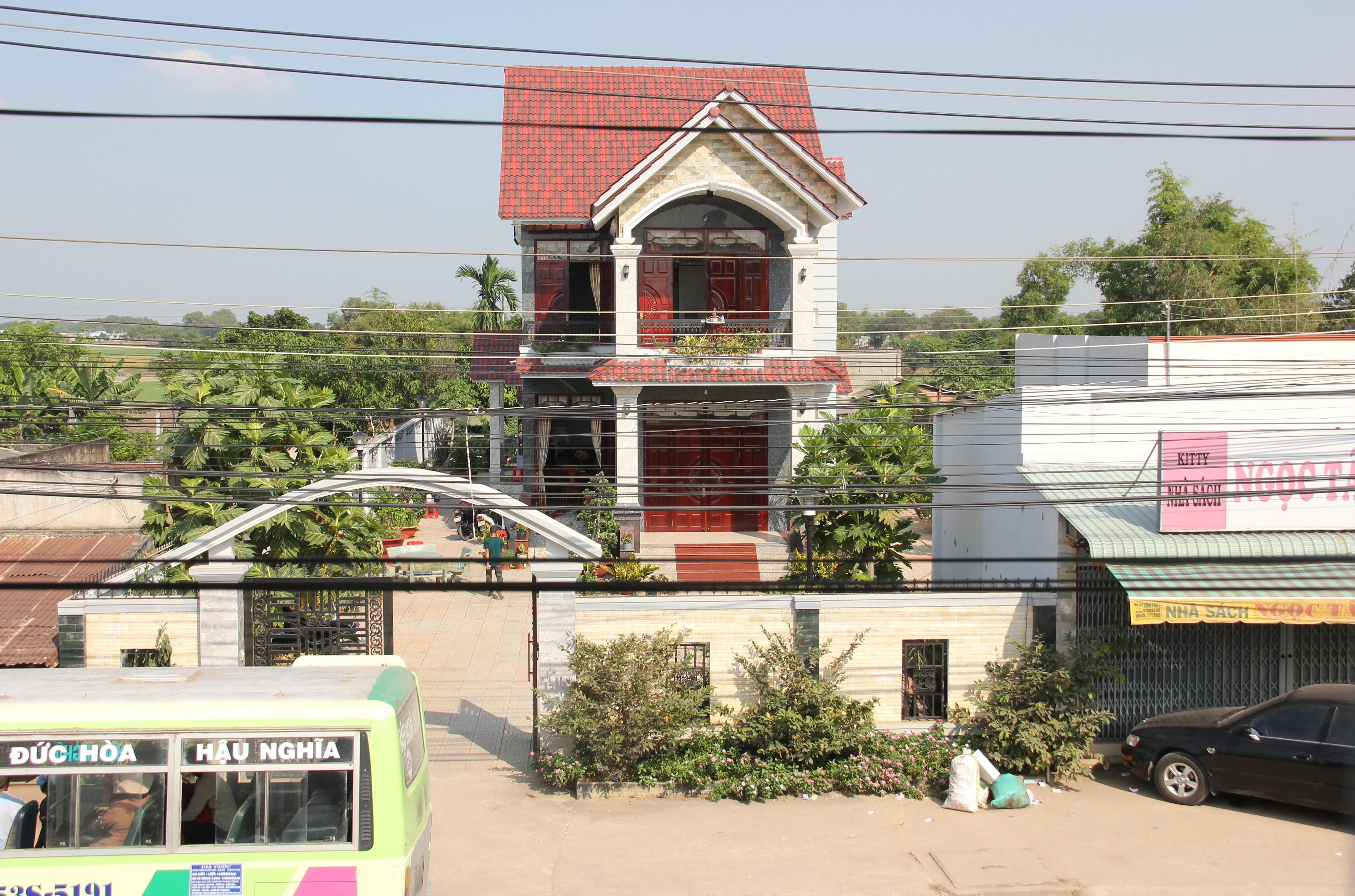 Căn nhà của bí thư huyện uỷ Đức Hoà, tỉnh Long An bị trộm đột nhập và nổ súng tấn công để tẩu thoát