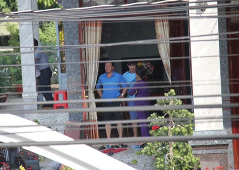 Ông Nguyễn Văn Út cùng vợ con vẫn còn bàng hoàng sau vụ việc.
